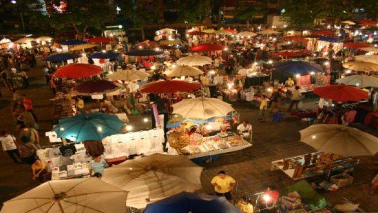 Explorez le marché nocturne de Chiang Mai, en Thaïlande.